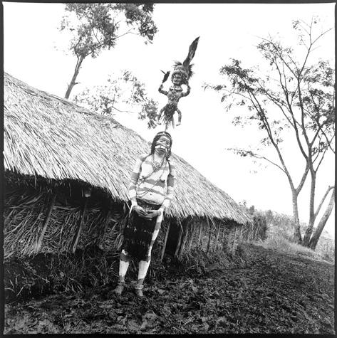 Wahgi Valley woman with kund gale by Chris Rainier